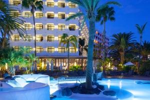 Piscina y Hotel de noche - Corallium Beach by Lopesan Hotels
